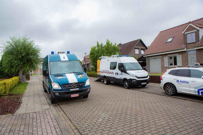 De Civiele Bescherming kwam woensdag ter plaatse bij Katleen Bury in Sint-Martens-Bodegem om de poederbrief op te halen en over te brengen naar een labo voor verder onderzoek.