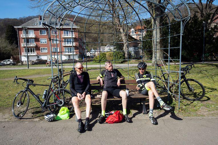 Deze wielertoeristen genoten dinsdag volop van de zon in Namen.  Beeld Photo News