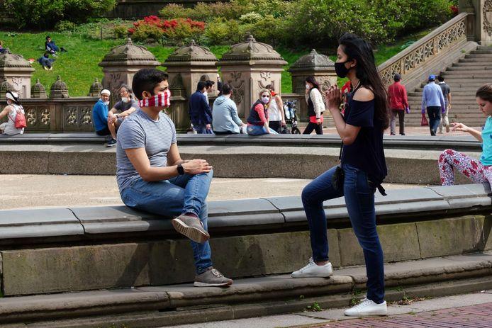 Mensen in Central Park te New York genieten van de lentezon. (02/05/2020)