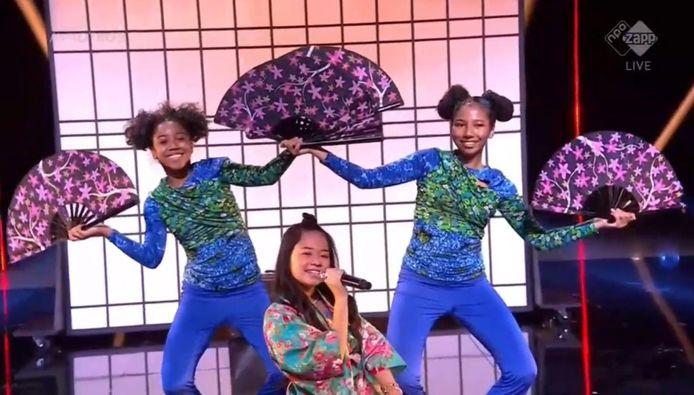 Ayana tijdens het zingen van haar liedje.