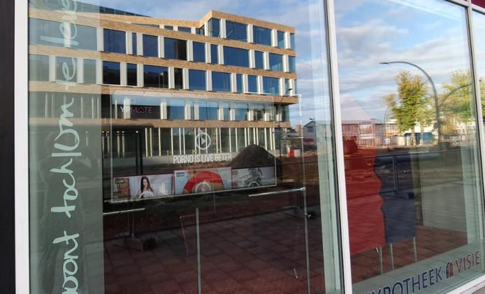 Het bewuste scherm, met de weerspiegeling van het nieuwe stadskantoor aan de overkant.