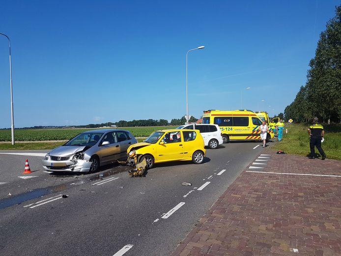 De auto's raakten beide flink beschadigd bij het ongeluk in Nagele.