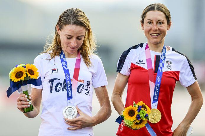 Annemiek van Vleuten met zilver en Anna Kiesenhofer met goud tijdens de wegwedstrijd wielrennen op de Olympische Spelen.