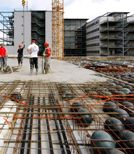 7800 plastic bollen vol beton moeten gebouw X in Zwolle redden