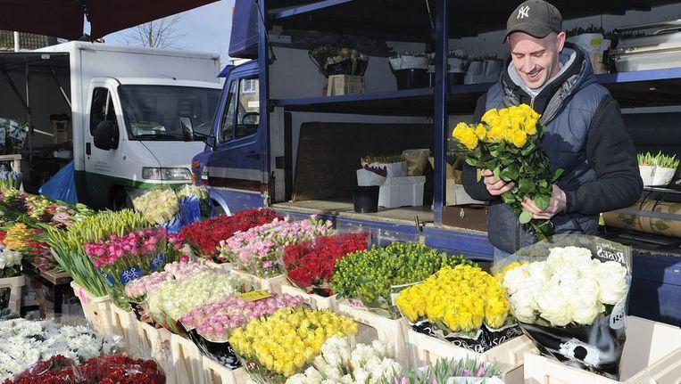 Bloemenhandelaar op de markt. Beeld ANP