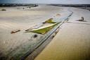De drempel die de rivier en de Noordwaard van elkaar scheidt. Maandag kwam de Nieuwe Merwede voor het eerst over de drempel heen gestroomd. Inmiddels is een deel weer droog gevallen.