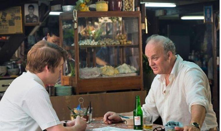 Een beeld uit de Netflix-reeks 'The Serpent': links de acteur die Herman Knippenberg speelt, rechts de acteur die Paul Siemons speelt. Beeld Netflix