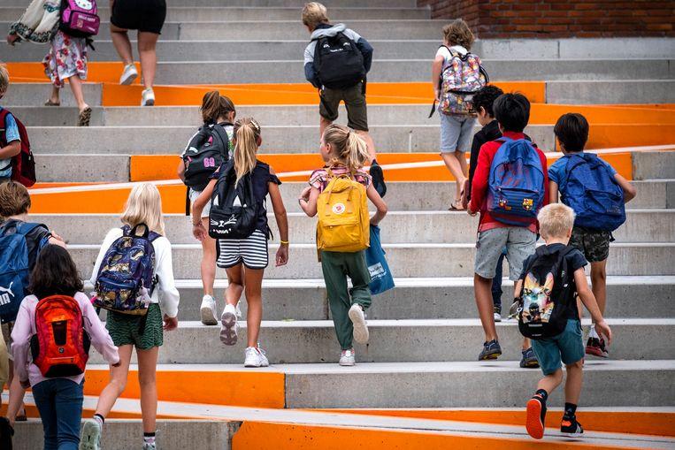 Leerlingen van basisschool OBS De Notenkraker op de eerste dag van dit schooljaar.  Beeld RAMON VAN FLYMEN/ANP