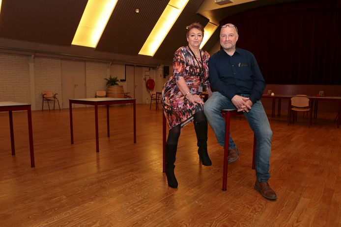 Jan en Wilma Abbring in de grote zaal van De Bolderik in Sleeuwijk. De ruimte is volgens de beheerders groot genoeg voor een besloten feest voor de jeugd.
