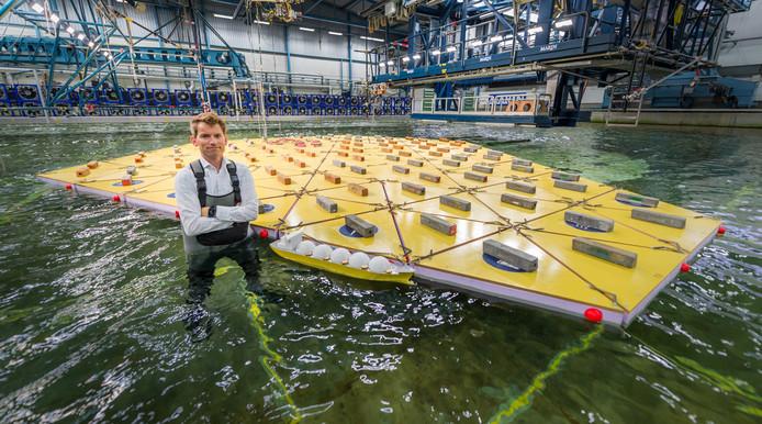 Projectleider Olaf Waals bij het drijvende model van een mega-eiland bij MARIN in Wageningen