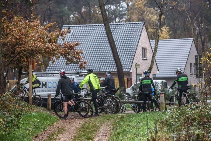 Mountainbikers proberen de nieuwe route bij Ossendrecht uit.