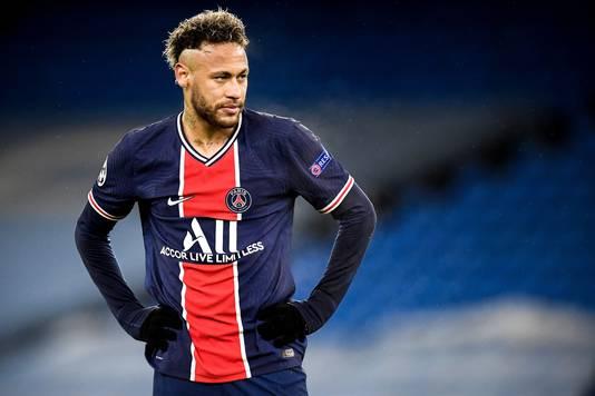Neymar staart voor zich uit nadat Paris Saint-Germain is uitgeschakeld in de halve finales.