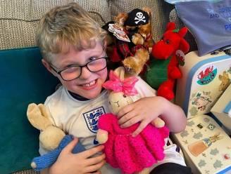 Ontroostbare Ethan (7) verliest knuffelkonijn op reis: nu krijgt hij kaartjes van over de hele wereld