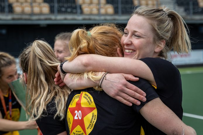 Ireen van den Assem(R) knuffelt Margo van Geffen na het behalen van 20ste kampioenschap in de hoofdklasse