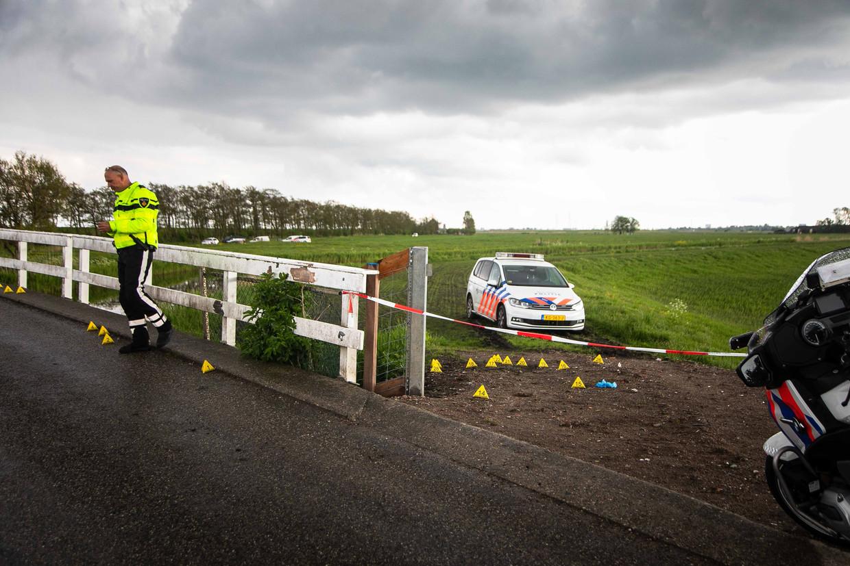 Agenten doen woensdag onderzoek in een weiland in Broek in Waterland, waar een achtervolging van gewapende overvallers uit Amsterdam-Noord eindigde. Beeld ANP