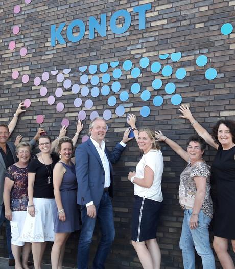 Konot-medewerkers in  nopjes met nieuwbouw in Oldenzaal
