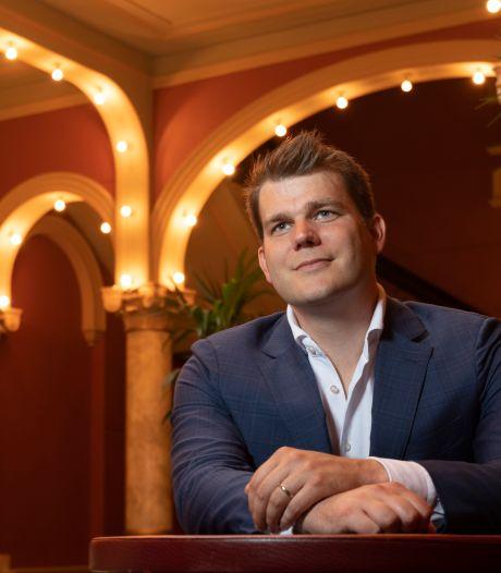Zingende politicus Elias van Hees brengt in nieuwe single ode aan zijn vrouw: 'Zij is de ware voor mij'