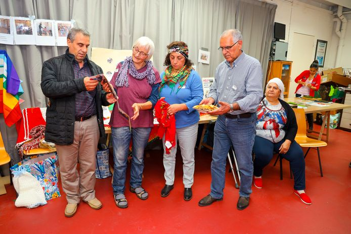 Bakri Sidi, Constance van Dorp, Shorash Abdullah en Hajar Rashid tijdens de Wereldmarkt in de Wereldwinkel in Eindhoven. De opbrengst van de markt gaat naar Syrië.