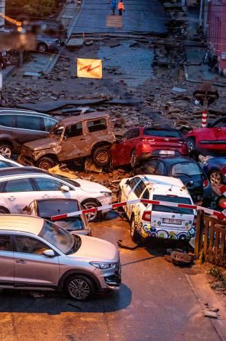 """Emanuel (41) en Nicole (41) zagen auto's meedrijven in hun straat na de storm in Dinant: """"Plots kwam het water in golven naar beneden. Precies de zee"""""""