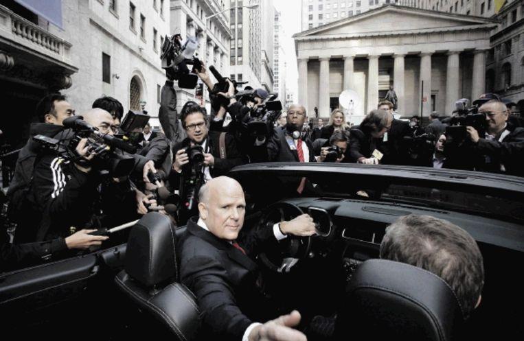 GM-directeur Daniel Akerson rijdt in een Chevrolet Camaro naar de beurs op Wall Street. (FOTO AP) Beeld AP