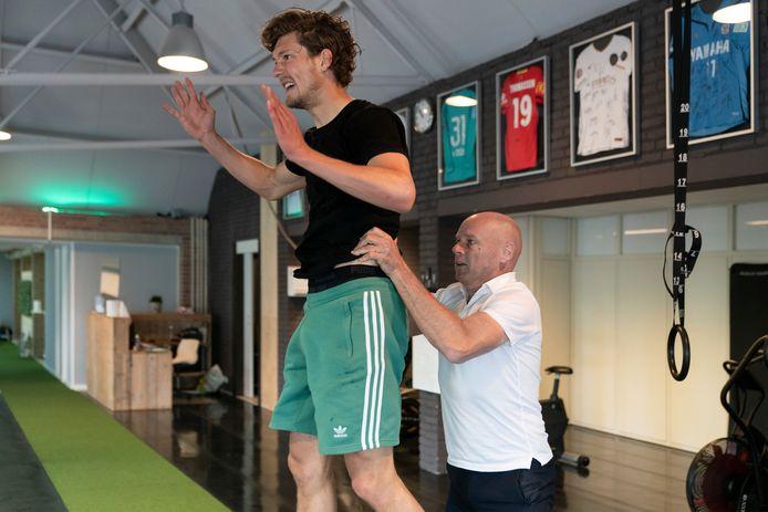 Voetballer Sam Lammers wordt onder handen genomen door fysiotherapeut Marco van der Steen.