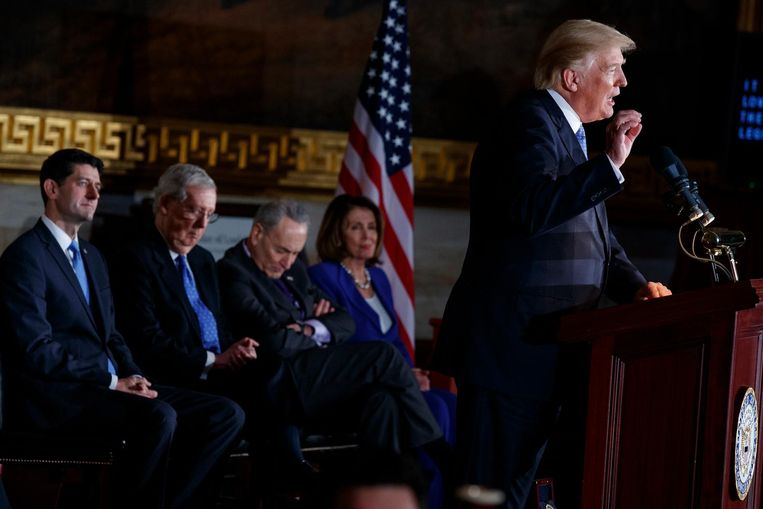 Donald Trump houdt een toespraak met achter hem (v.l.n.r) Paul Ryan, Mitch McConnell, Chuck Schumer en Nancy Pelosi Beeld ap