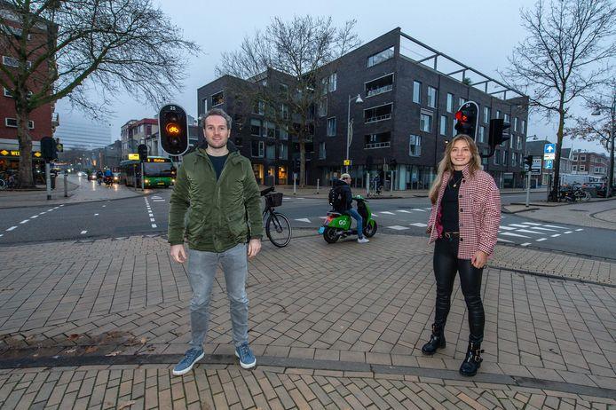 Maarten de Leeuw en Charlotte van der Veen zijn twee van de bewoners van Griftstate; het pand op de achtergrond. Zij willen bij de kruising van van de Stationsstraat en Kanaalstraat graag een publieke aed ophangen. Zodat alle bezoekers en bewoners van de binnenstad baat kunnen hebben bij de hartstarter.
