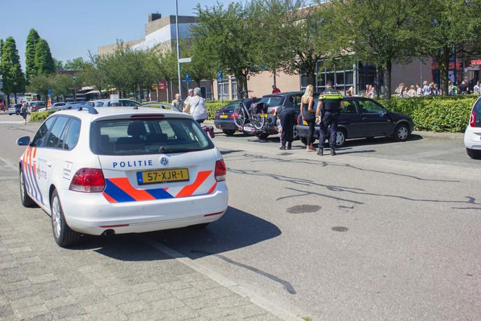 De bestuurster van de auto reed achteruit weg van een parkeerplaats toen ze de fietser raakte.