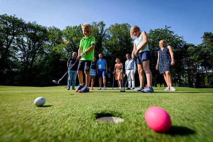 De twee nieuwe jeugdleden van de golfclub die door 't Sybrook gezamenlijk als 1000ste lid worden omarmd. Zus en broertje Isabel en Florian Smit.