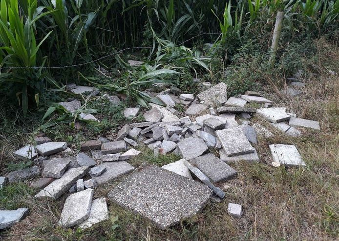 Een partij grindtegels werd woensdag gedumpt aan de Schaddendijk, nabij Het Rutbeek.