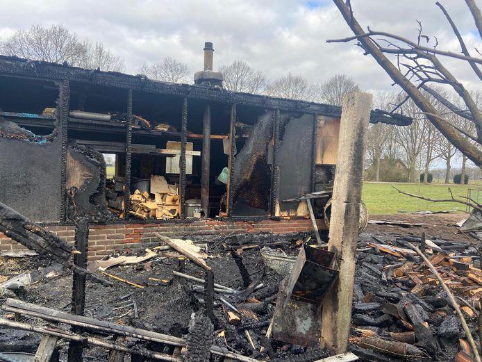 Van de schuur aan de Boerenstraat in Eerbeek is weinig meer over na een brand.