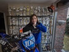 Een nieuwe crossmotor staat bij Eline Burgmans eerst twee weken in de woonkamer: 'Even al dat moois bekijken'