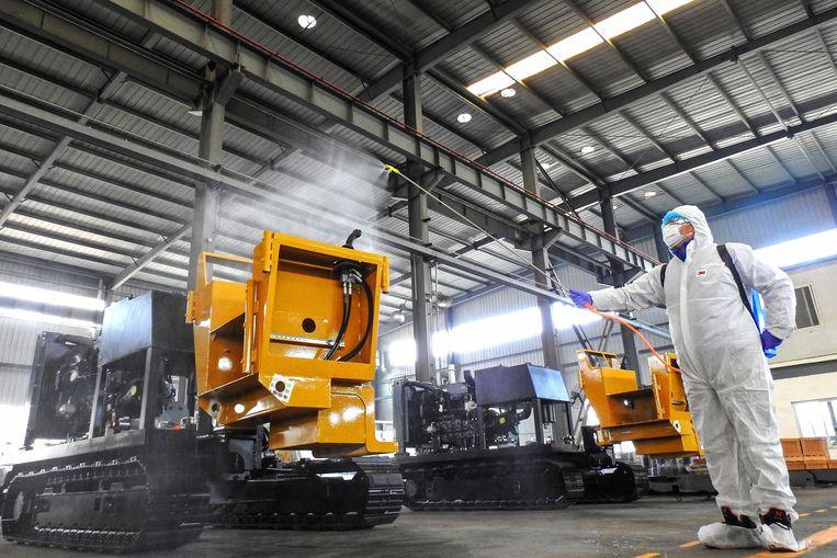 In een fabriek in Lianyungang worden machines ontsmet in afwachting van de terugkeer van werknemers na de voorjaarsvakantie. Beeld AFP
