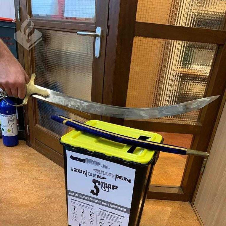 De ingeleverde sabel op het politiebureau Diemen. Beeld Politie
