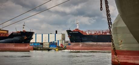 Gegijzelde zeelieden wanhopig: 'We mogen niet weg uit Rotterdamse haven en krijgen geen loon'