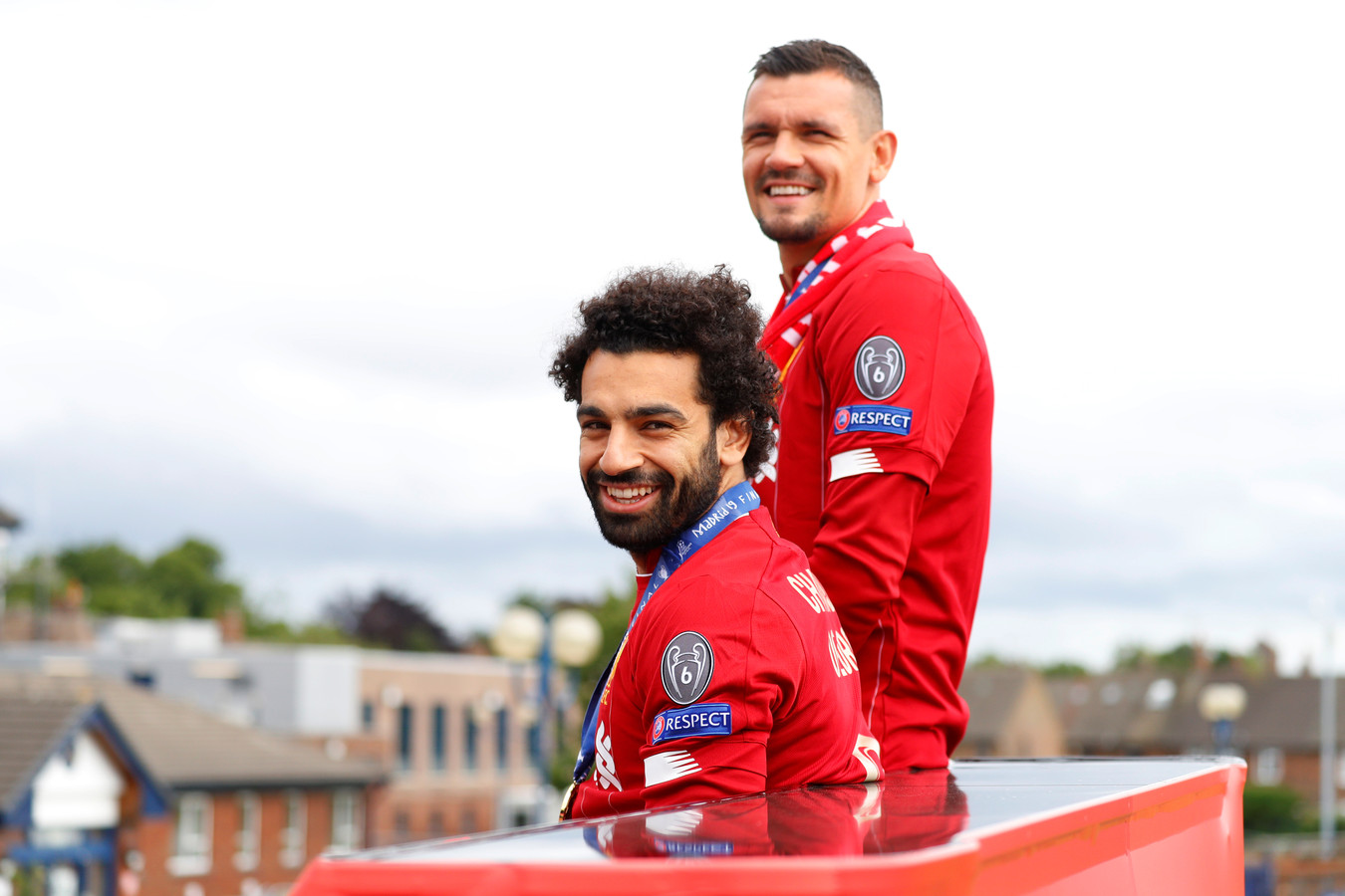 Lovren samen met medespeler Mohamed Salah na het winnen van de Champions League.