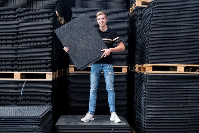 Pieter van Middelaar in zijn bedrijfshal.