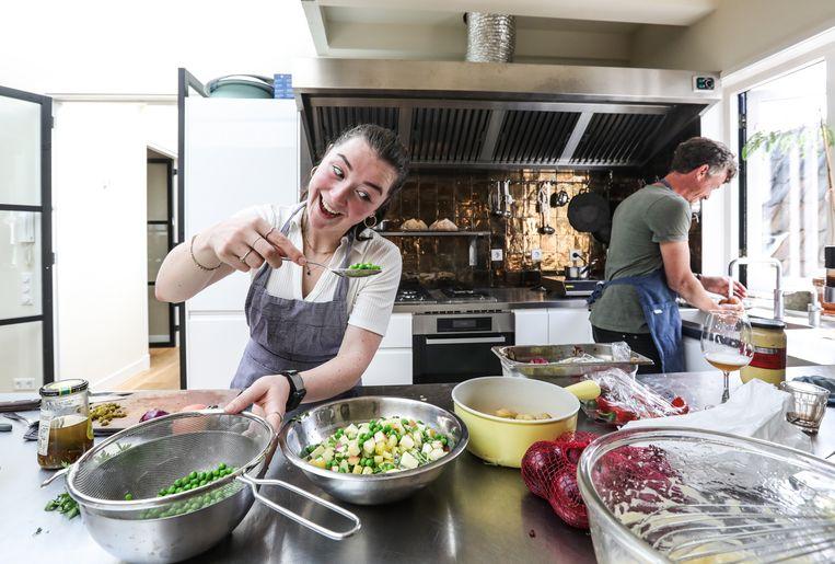 Celestine en Gilles bereiden de Kartoffelsalat. Beeld Eva Plevier