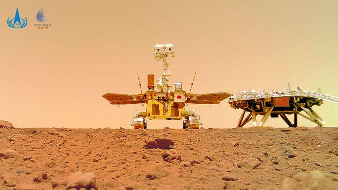 Le robot téléguidé Zhurong, sur la surface martienne, sur une image de l'administration spatiale nationale chinoise