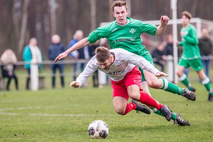 Een fel duel tijdens de derby tussen Harfsen (wit) en Almen (groen) op 8 februari 2020. Zaterdag staan beide ploegen eindelijk weer tegenover elkaar.