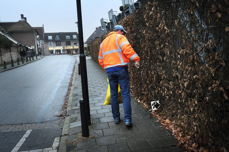 Een bijstandsgerechtigde in Druten moet werken als tegenprestatie voor zijn uitkering, 2011.  Beeld Marcel van den Bergh / de Volkskrant