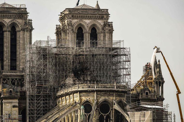 De brand in de wereldberoemde kathedraal vernielde maandagavond een groot deel van het dak.