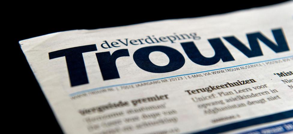 Je ziet het voor je: de zuinige Trouwabonnee, die de krant doorgeeft aan de overburen