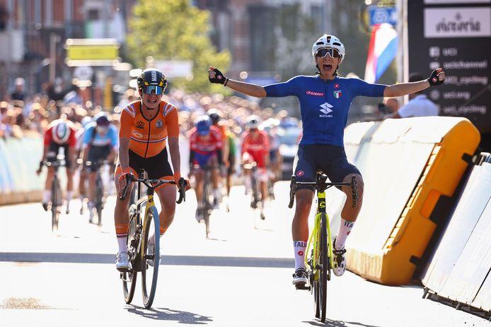 Marianne Vos (l) pakt zilver bij de wegrit op het WK, achter Elisa Balsamo.