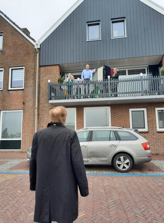 SGP'er Kees van der Staaij bezocht zaterdag Urk, met een heuse 'balkonscène' bij de woning van SGP-burgemeester Cees van den Bos.