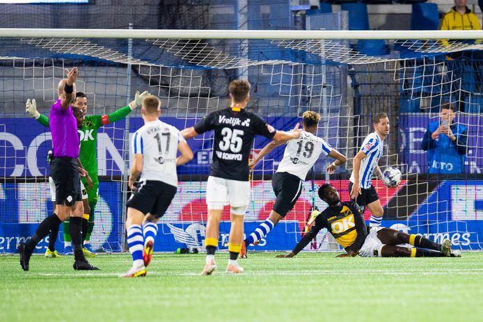 NAC werd de eerste helft door FC Eindhoven weggespeeld.