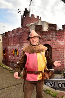 Met dit grote schip meerde 'ridder' Lenny (70) aan in Gouda, maar corona gooide zijn verblijf in de stad overhoop