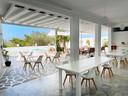 Er is geen toerist te bekennen op het Griekse eiland Paros. Ook het hotel van Oona en Peter blijft leeg.