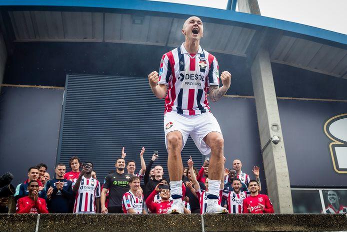 Sebastian Holmén viert de handhaving van Willem II met de supporters achter het stadion.