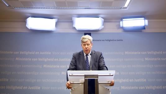 Ivo Opstelten tijdens de persconferentie